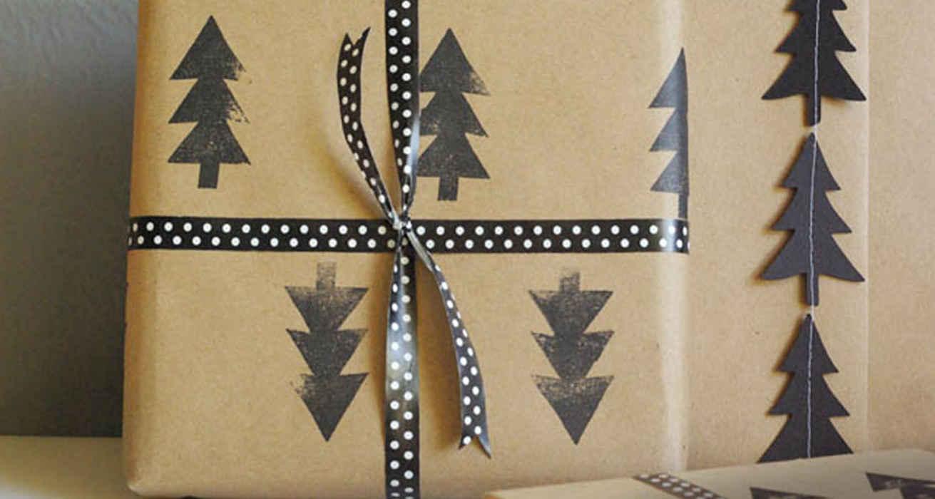 Дизайн упаковки подарка черными деревьями