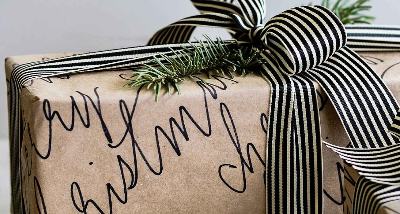 Упаковка подарка каллиграфической бумагой