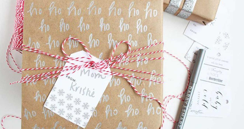 Упаковка подарка в каллиграфическую бумагу светлую