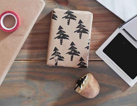 Украшение подарка штампом из картошки