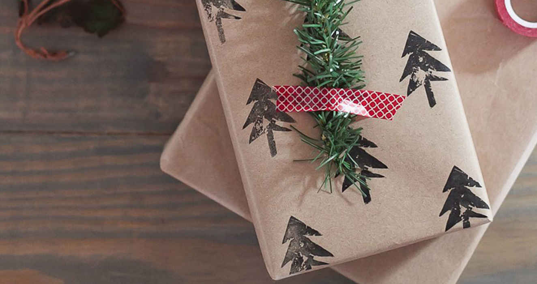 Украшение подарка с картофельным штампом