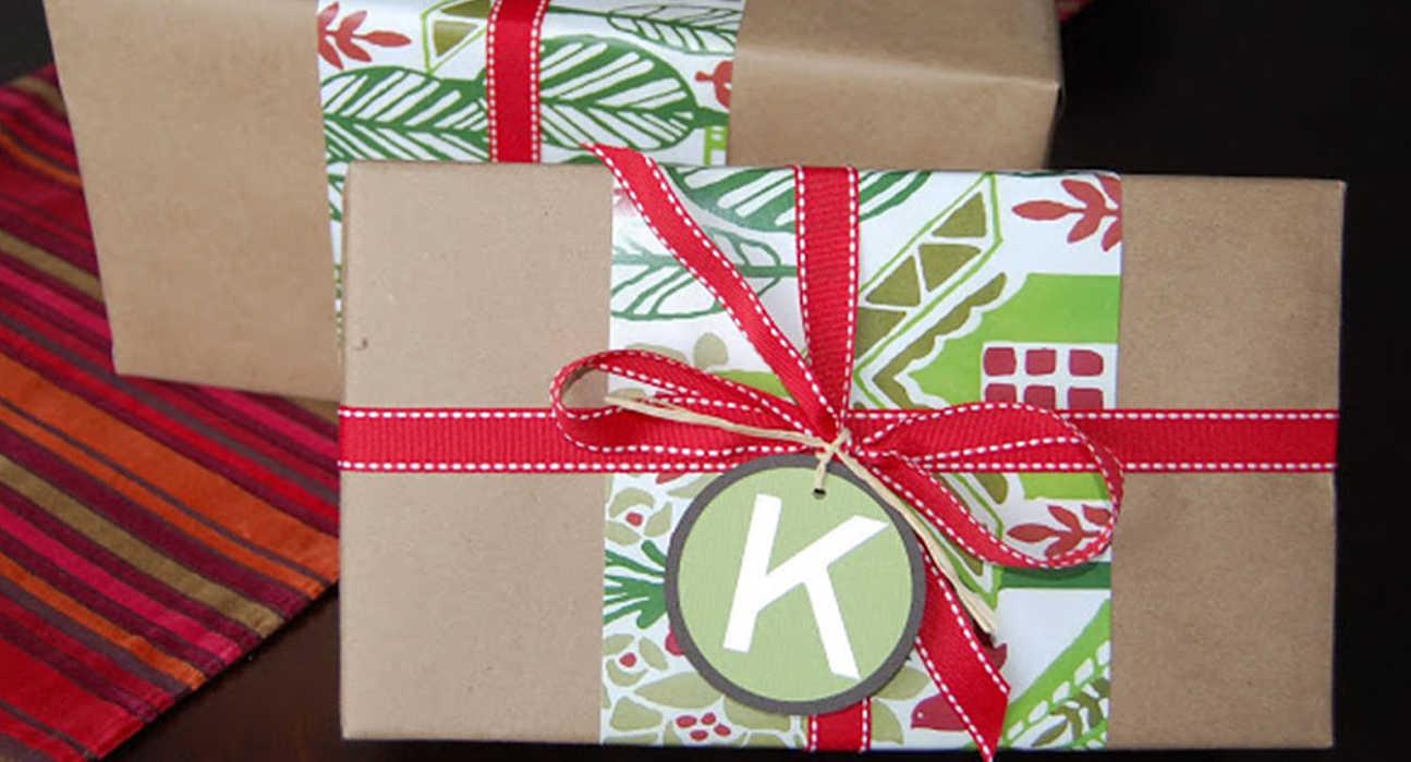 Упаковка подарка из крафт-бумаги