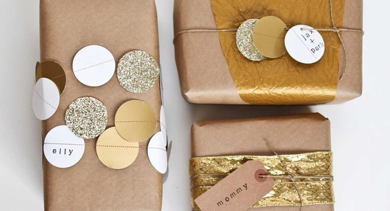 Упаковка подарка с металлизированными бирками