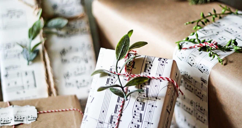 Упаковка подарка в бумагу с нотами