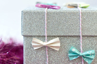 Украшение подарка бантиками