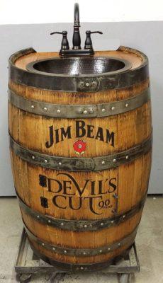 Умывальник сделанный из старой бочки виски