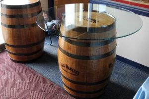 Подарочный стол сделанный из пустой бочки виски
