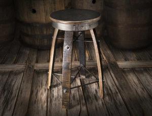 Подарочный табурет сделанный из досок от бочки виски