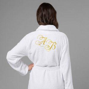 подарок для женщин халат с вышивкой Инициалы белый