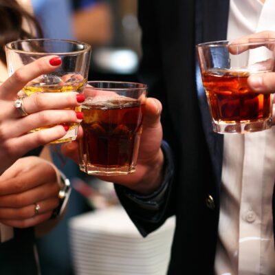 Что лучше в подарок любителю виски? Охлаждающие камни, бокалы…
