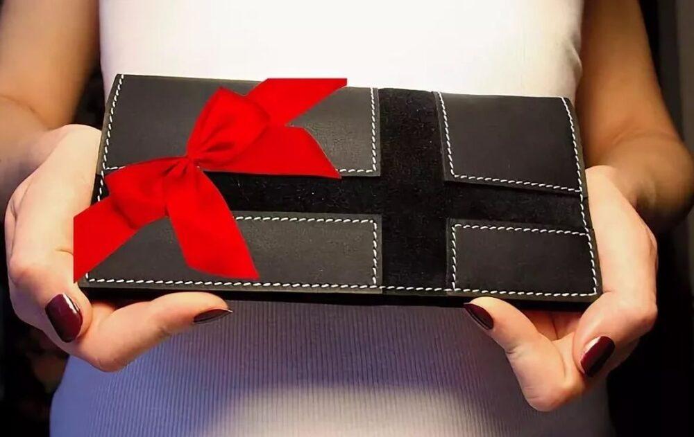 портмоне с нанесенным именем в подарок